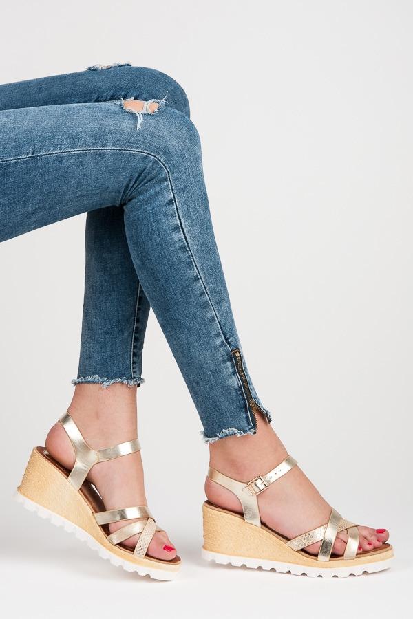 cbb2ecebff52 Klasické zlaté remienkové sandále na kline - LS-82GO