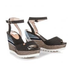 Pohodlné čierne sandále na kline so vzorom - 6107-1B