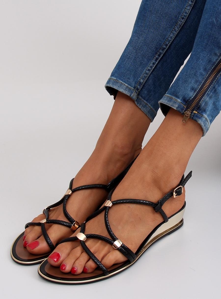 23f7ffd4d760 Dámske čierne sandále na nízkom podpätku - 568-10