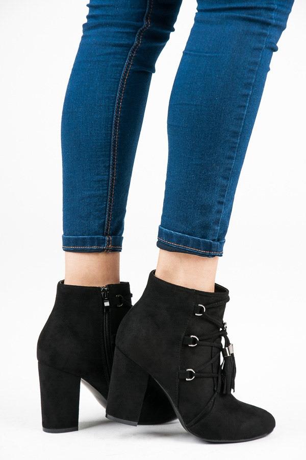 4d54d25fd6 Dámske čierne členkové topánky so strapcami - LB-256B